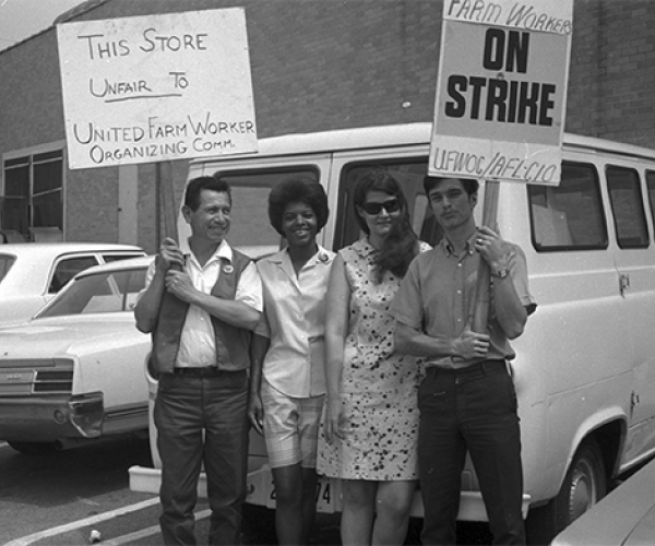 Cesar Chavez holding sign with other strikers